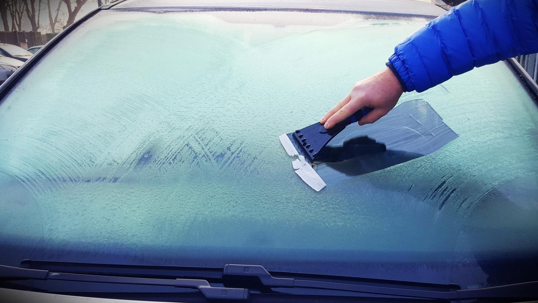 очистка лобового стекла от льда